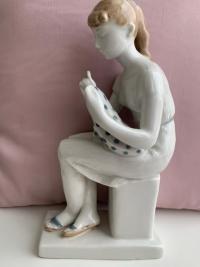 Статуэтка «Вышивальщица»